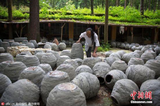 """2016年7月15日报道,贵州贵阳,在贵阳,有这样一位石匠,用20年的时间建成了一座花溪夜郎谷,占地300亩的奇幻城堡。他叫宋培伦,56岁,他隐居山野当石匠;20年,敲出心中的奇幻世界。他用20年的坚持,把中国人的侠客梦和田园情都照进了现实。打造""""花溪夜郎谷""""的想法萌生于1993年。宋培伦参观美国""""总统山""""时被震撼到了,震撼到他的不是那四尊总统头像,而是一个印第安家族三代人,花60多年时间建造的印第安英雄""""疯马""""巨型雕塑。于是他在贵阳最偏僻的角落,穷毕生积蓄流转了三百亩山林。他决定要在这儿生活一辈子,穷一生之力完成一件作品。图片来源:东方IC 版权作品 请勿转载"""