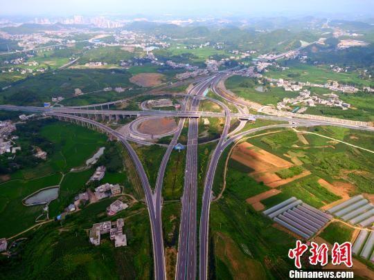 图为贵黔高速公路一隅。 刘叶琳 摄