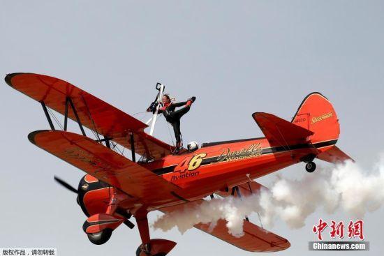 希腊雅典举办航空展 牛人高空飞机上耍特技