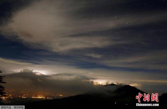 从19日开始,位于哥斯达黎加中部的图里亚尔瓦火山强烈喷发,火山灰柱一度高达4000米。受火山喷发影响,哥首都圣何塞的机场被迫关闭,数十架次进出港航班受到影响。