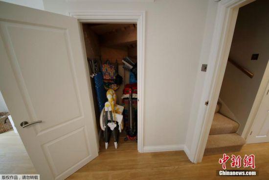 当地时间2016年9月20日,英国布拉克内尔,这栋拥有三间卧室的房屋曾在《哈利-波特》系列电影中作为主人公哈利-波特儿时寄居的恶毒姨母家的住所,如今正以47.5万英镑的价格挂牌出售。