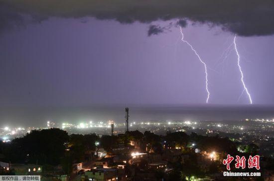 当地时间2016年9月21日,海地太子港,一组长时间曝光的照片记录了夜空中出现闪电的壮观景象。