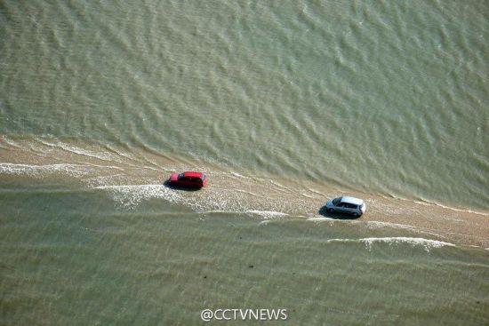 9月23日消息,在法国,有一条叫du Gois的公路,连接着Burnёf海湾和诺穆提岛。由于涨潮的关系,你每天只能有两次机会通过这条马路。其余的时间它都隐藏在4米下的海面下。图片来源:中央电视台英语新闻频道官方微博