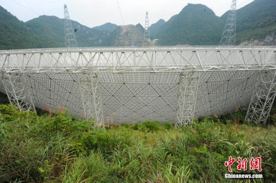 9月25日,世界最大单口径射电望远镜――500米口径球面射电望远镜(以下简称,FAST)在贵州平塘县克度镇喀斯特洼坑中落成。 图为9月24日拍摄的FAST。中新社记者 贺俊怡 摄