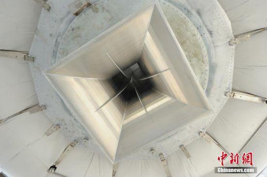 9月25日,世界最大单口径射电望远镜――500米口径球面射电望远镜(简称FAST)在贵州平塘县克度镇喀斯特洼坑中落成。图为9月24日拍摄的FAST馈源舱底部。中新社记者 贺俊怡 摄