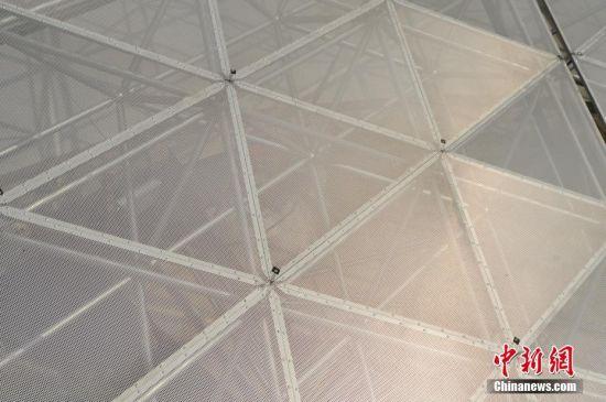 9月25日,世界最大单口径射电望远镜――500米口径球面射电望远镜(简称FAST)在贵州平塘县克度镇喀斯特洼坑中落成。图为9月24日拍摄的反射面板。中新社记者 贺俊怡 摄