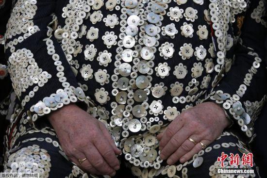 当地时间2016年9月25日,英国伦敦,人们身穿深色西服,上面钉满上百枚珍珠扣子,庆祝珍珠国王与王后收获节。