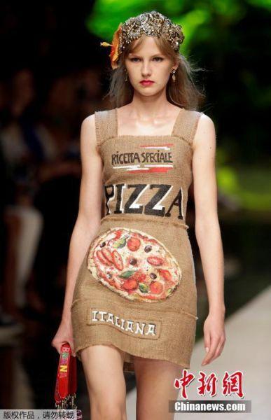 当地时间9月25日,米兰时装周上某品牌秀场,模特身上的服装印有意大利特色平民美食图案,披萨、意大利面、冰激凌、海鲜应有尽有,现场观众除了欣赏设计师独具匠心的服装设计理念之外,看完秀应该也会觉得肚子很饿吧。