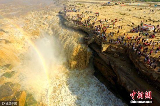 陕西延安万人围观黄河壶口瀑布 气势磅礴