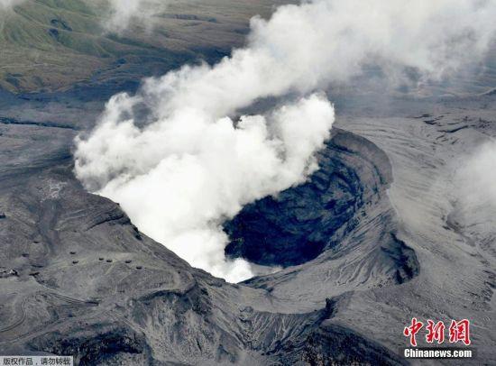 当地时间10月8日,位于日本南部的阿苏山(Mount Aso)发生喷发,火山灰云高达1.1万米,为世界上火山活动最活跃国家最新的一次火山喷发。据报道,日本气象厅目前已经发布警报,在阿苏山于当地时间10月8日凌晨1时56分喷发后,警告民众不要靠近这个区域。据了解,日本阿苏山巨大火山口高耸于该国九州岛的西南方大岛,是日本著名的观光景点。阿苏山上次喷发是在2015年9月,此次是其继19年处于休眠状态后,重新喷发。