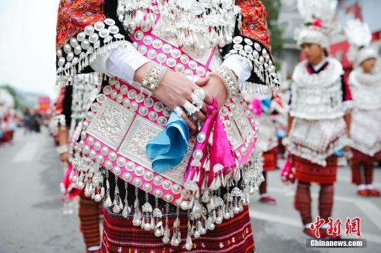 10月11日,苗家女身着盛装巡游。当日,2016年中国・剑河仰阿莎文化节在贵州省剑河县拉开帷幕。仰阿莎被苗族人民奉为美神,贵州省剑河县一带至今仍流传着仰阿莎的传说,她象征着苗族人民对爱情的歌颂以及对生命的赞叹。 中新社记者 贺俊怡 摄