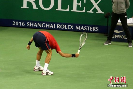 10月15日,ATP1000上海大师赛结束首场男单半决赛的争夺。世界第一德约科维奇状态低迷,面对落后,心情急躁的德约撕坏球衣又摔烂球拍,最终被西班牙人巴蒂斯塔-阿古特以两个4-6爆冷淘汰,止步上海四强卫冕失利。中新社记者 张亨伟 摄