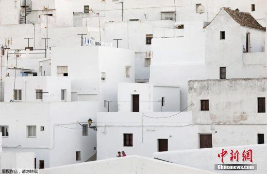 """10月21日消息,西班牙南部的Zahara de la Sierra,令人眼花缭乱的立方体的房子矗立在安大路西亚那遍布橄榄树的山上,这里被称为""""白色村庄""""。街边建筑都被喷涂成白色,以确保建筑内的凉爽,这也是这里名字的由来。"""