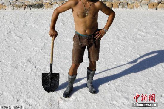 尽管这里有着令人惊艳的美景,吸引着大量的游客,但是这里依然是西班牙最贫困地区之一,也是欧盟失业率最高的地区之一。40岁的Antonio Dominguez在盐厂工作。