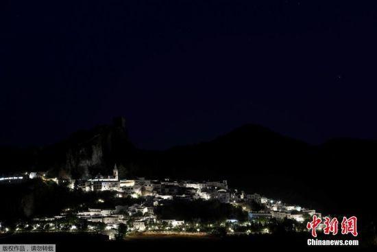 白色村庄夜景。