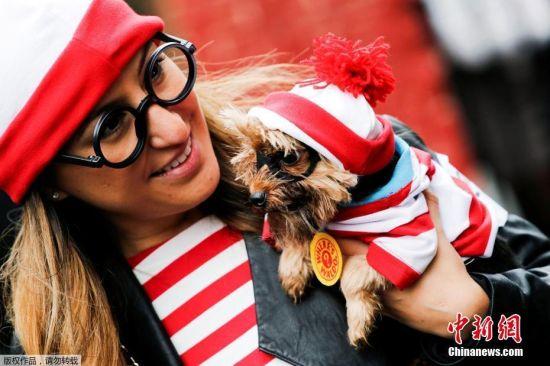 当地时间2016年10月22日,美国纽约,民众在曼哈顿汤普金斯广场公园参加年度万圣节,狗狗盛装出席吸人眼球。