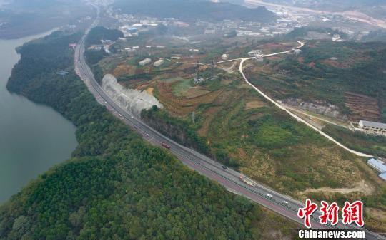 兰海高速――贵州扎佐路段。 贺俊怡 摄