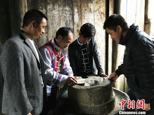 沿河土家族高腔山歌非物质文化遗产传承人王波与弟子们研究土家族高腔山歌。 杨云 摄