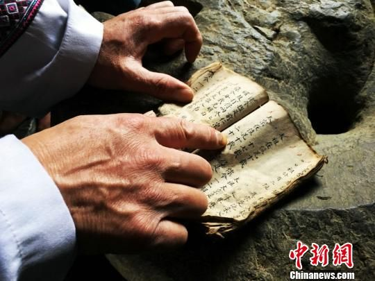 沿河土家族高腔山歌非物质文化遗产传承人王波多年来收集的山歌资料。 杨云 摄