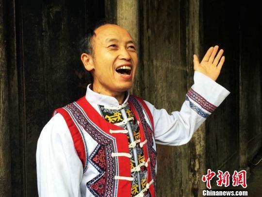 沿河土家族高腔山歌非物质文化遗产传承人王波表演土家族高腔山歌。 杨云 摄