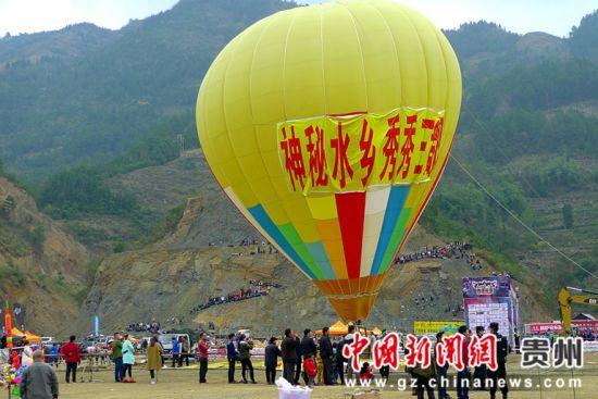 热气球表演 高原 摄