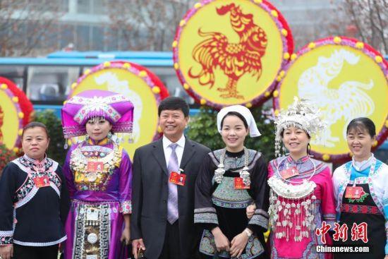1月16日,贵州省第十二届人民代表大会第五次会议在贵阳开幕。图为与会代表在会场外合影。中新社记者 贺俊怡 摄