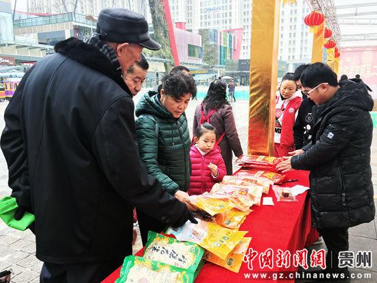 年货节让贵阳市民感受到浓浓年味。杨云 摄