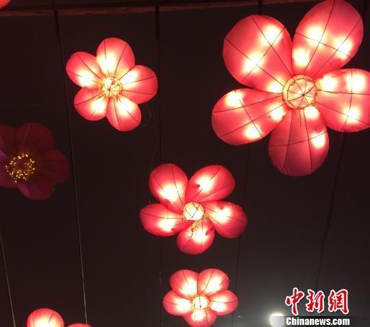 以梅花为型创意设计的高空灯廊,构成了一条洋溢着花香与祝福的幸福