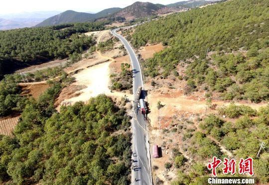 2月3日上午,贵州省毕节市威宁县迤那镇大山村木营组326国道上一辆载有26吨汽油的罐车侧翻并发生泄漏。 孙米添 摄