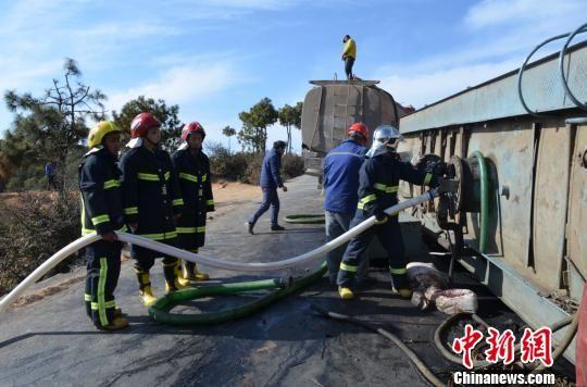 救援人员对汽油进行导罐处理。 孙米添 摄