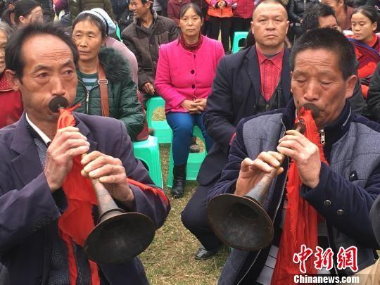 兴仁县鲁础营回族乡准备登台演出的村民 杨云 摄