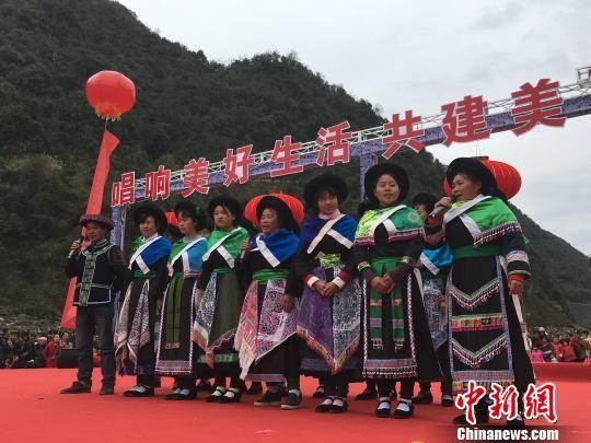 登台演出的村民 杨云 摄