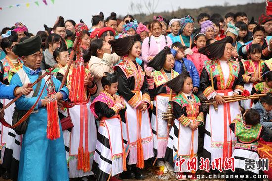 镇宁江龙镇蒙正苗族群众穿着盛装参加活动 段寿新 摄