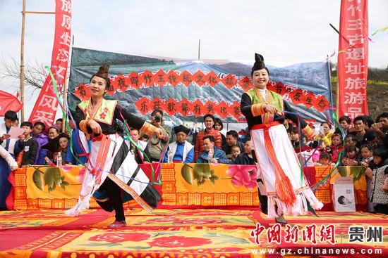 两名蒙正苗族女同胞在表演彩带舞。 段寿新 摄