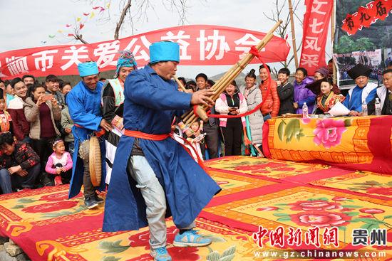 表演《丰收舞》,表演者吹芦笙、腰挂竹筛,跳起欢快的舞蹈,寓意欢庆丰收。 段寿新 摄