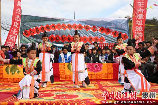 蒙正苗族小朋友表演歌舞节目。段寿新 摄