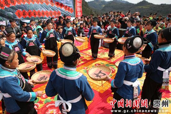 镇宁江龙镇苗族另一支系的妇女表演节目。