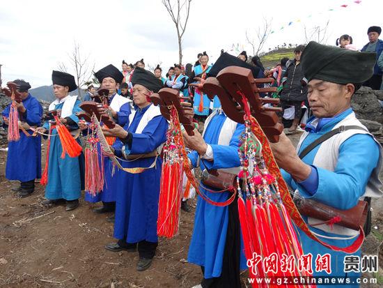 蒙正苗族男同胞演奏四弦马头胡。