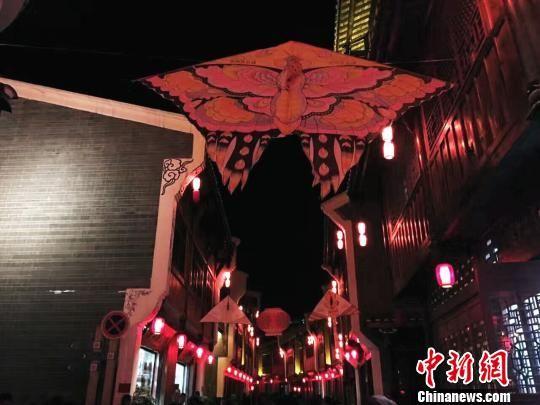 贵州省黔西南州贞丰县以文化为主题,打造了布依古城,使其成为有景可观、有饭可品、有物可购、有地可宿的旅游新景点。 杨云 摄
