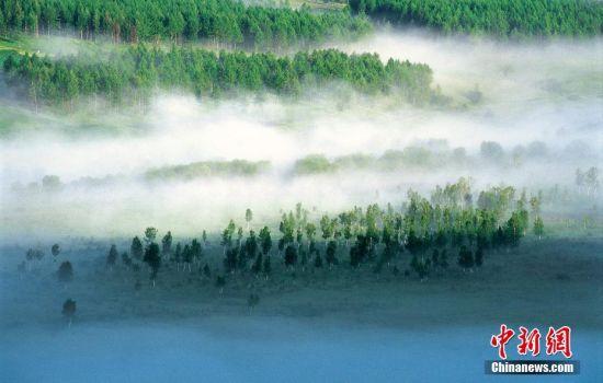 内蒙古地处欧亚大陆内部,现辖9个地级市和3个盟,面积118.3万平方公里,占全国总面积的12.3%;2014年末全区常住人口为2504.8万人;全境主要分布有汉族、蒙古族,以及满、回、达斡尔、鄂温克等49个民族,是中国五个少数民族自治区之一。图为内蒙古兴安盟阿尔山,晨雾弥漫的阿尔山森林。黄焱红 摄 图片来源:CTPphoto