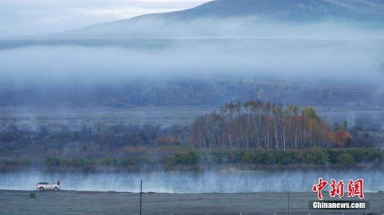 内蒙古地处欧亚大陆内部,现辖9个地级市和3个盟,面积118.3万平方公里,占全国总面积的12.3%;2014年末全区常住人口为2504.8万人;全境主要分布有汉族、蒙古族,以及满、回、达斡尔、鄂温克等49个民族,是中国五个少数民族自治区之一。图为内蒙古呼伦贝尔,草原景色。柯炳钟 摄 图片来源:CTPphoto