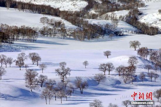 内蒙古地处欧亚大陆内部,现辖9个地级市和3个盟,面积118.3万平方公里,占全国总面积的12.3%;2014年末全区常住人口为2504.8万人;全境主要分布有汉族、蒙古族,以及满、回、达斡尔、鄂温克等49个民族,是中国五个少数民族自治区之一。图为内蒙古,雪原。陈一年 摄 图片来源:CTPphoto