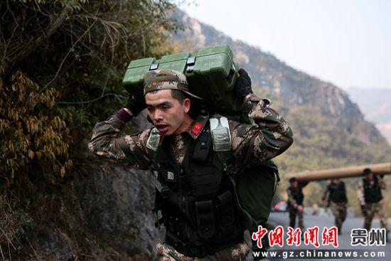 图为特战队员进行抢占山头训练