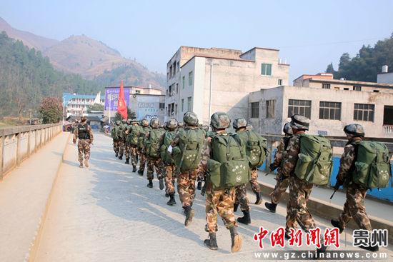 图为特战队员们快速机动至目的地 李军 摄