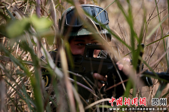 图为一名特战队员严密观察情况 李军 摄