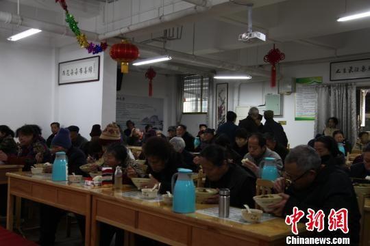 老人们在贵阳雨花斋免费用餐。 黄蕾瑾 摄