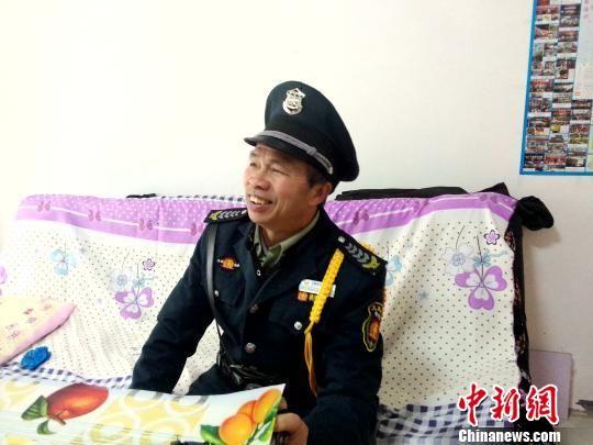 60岁的苏金春老人不但搬进了崭新的小区房,还找到了小区保安的工作,每月有1800元的收入。 王林成 摄