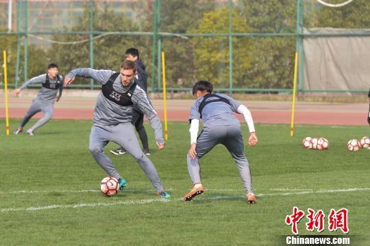2月28日,首进顶级联赛贵的州本土职业足球队――贵州恒丰智诚队在贵阳奥体中心外场进行今年在主场的第一次公开训练,这也是球队开年后的第一次集结。 张�� 摄