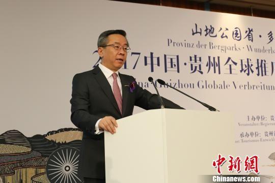 贵州省人民政府副省长卢雍政现场推介贵州旅游资源。 贵吕伟 摄