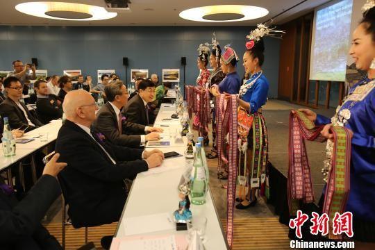 贵州民族歌舞表演者与参会嘉宾互动。 贵吕伟 摄